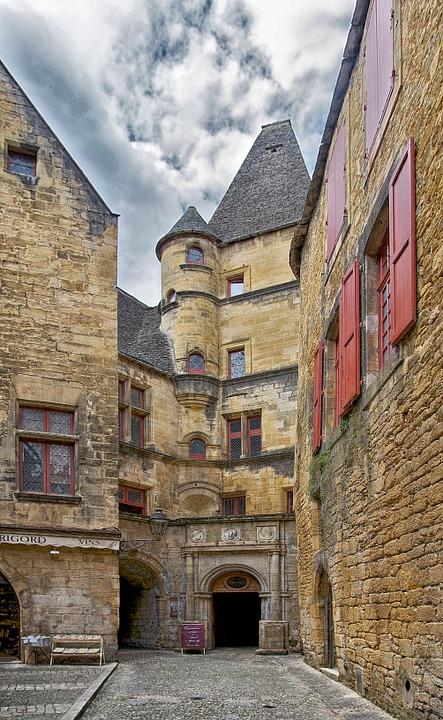 Sarlat, « petite ville touristique » nichée dans la vallée de Dordogne