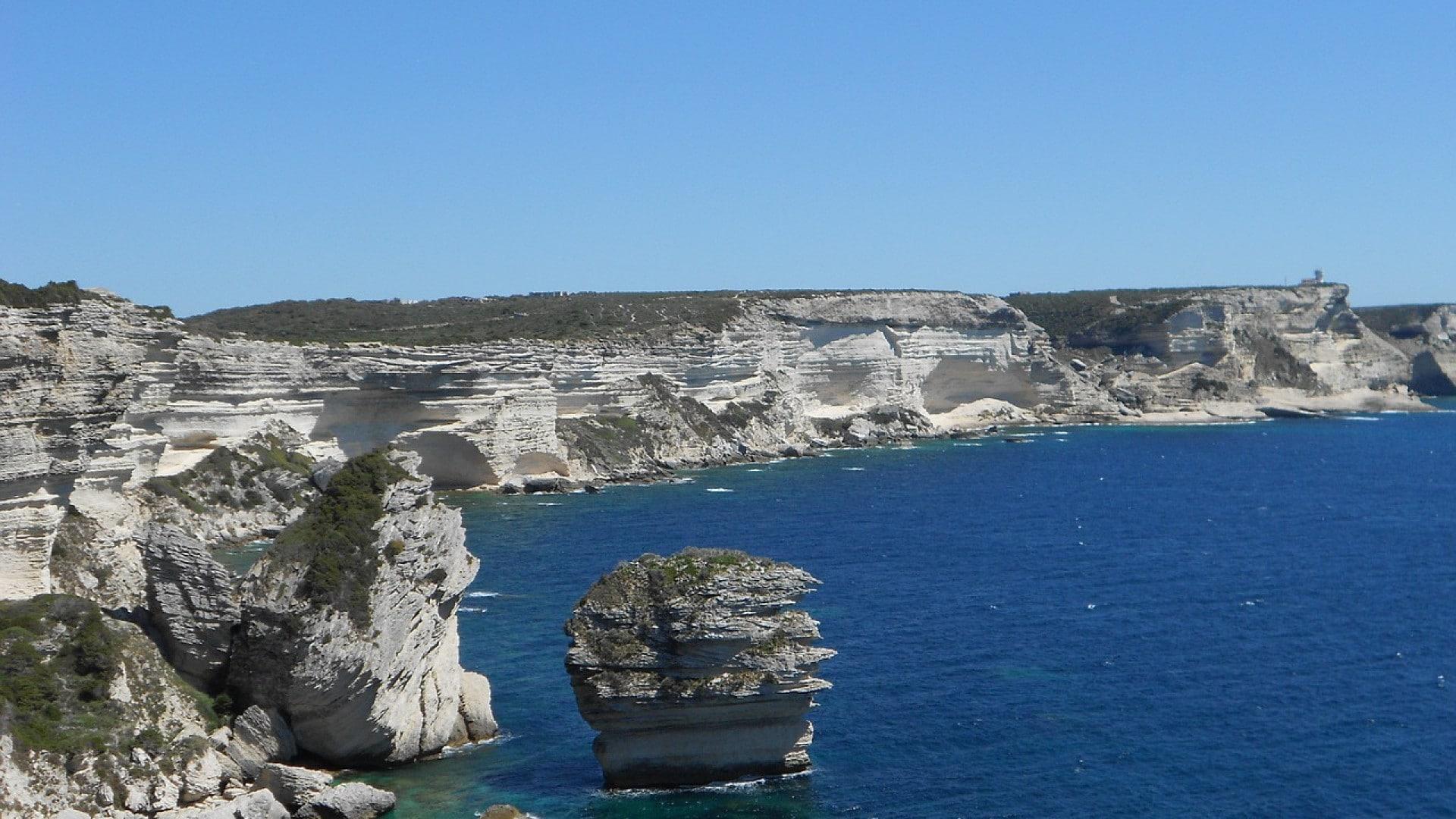 Pour partir en Corse, pensez à louer sur place une voiture
